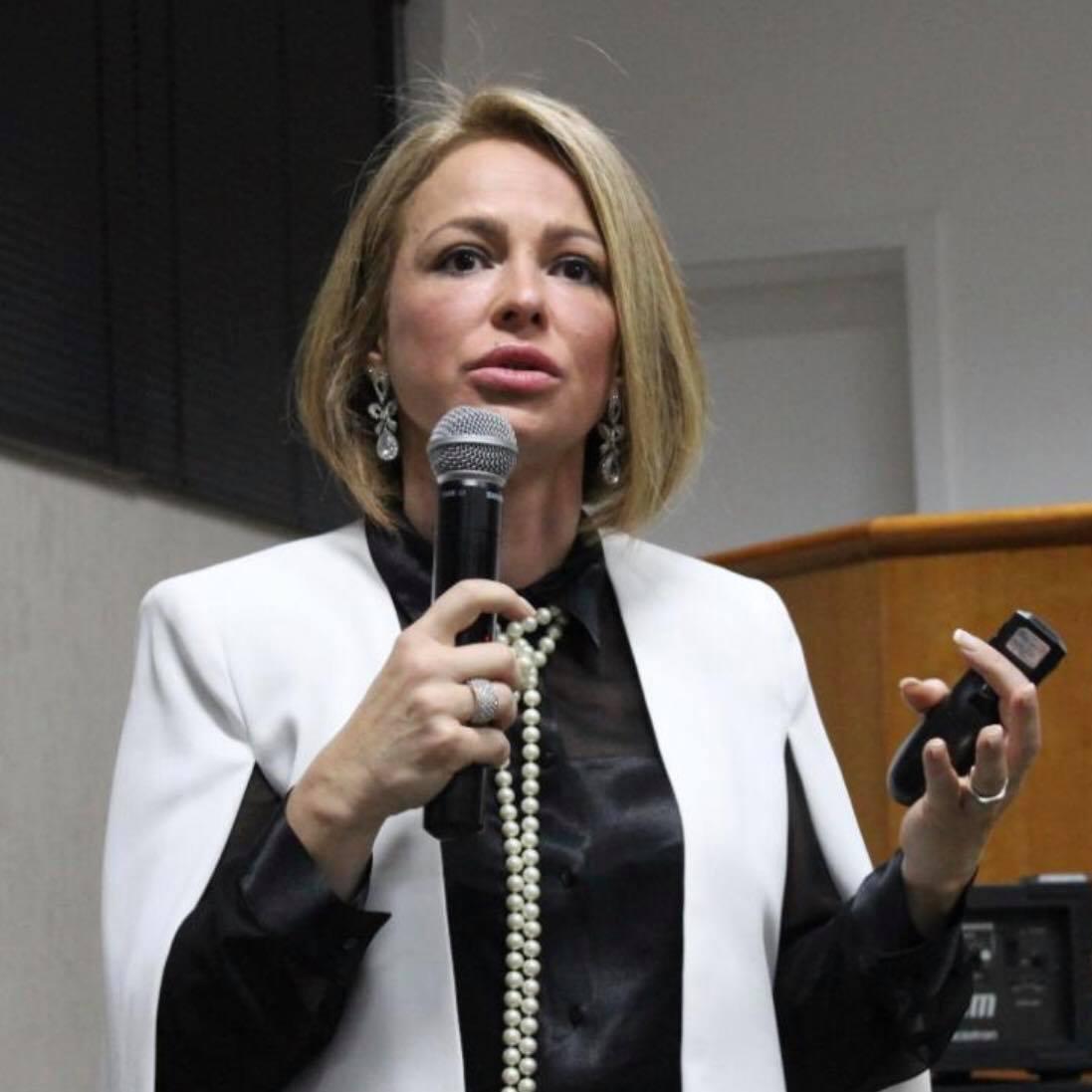 Profª Dra. Cláudia Catão