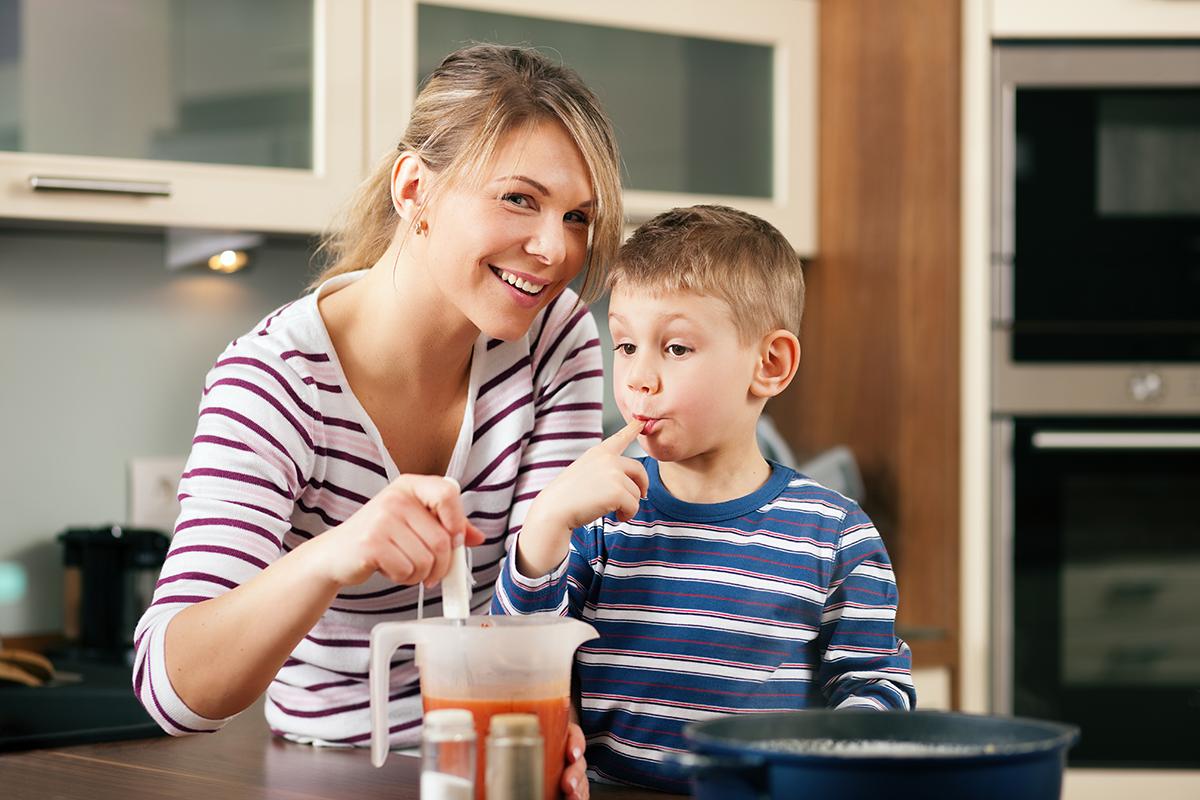 Criança experimentando alimento